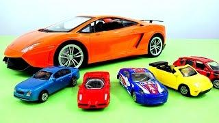 Модели машин, игрушечные машинки. Детская автошкола 1-й урок. Красная машинка едет на светофор