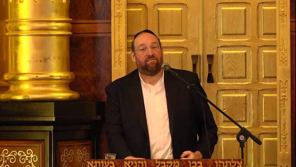 R'  Shlomo Rechnitz Giving A Shiur In Hebrew In Ateret Shlomo