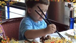 Как есть китайскими палочками ребенок в ресторане. Ребенок ест китайскими палочками