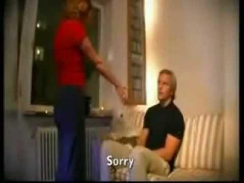 Frau furzt den Man an Entschuldigt sich und macht es noch