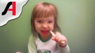 Как правильно чистить зубы детям? Учимся чистить зубы. Детская гигиена.(Когда начинать и как научить чистить зубы ребенку? Учимся чистить зубы. Детская гигиена. В этом видео дочка..., 2015-04-25T15:51:07.000Z)