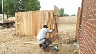 haciendo la puerta de una cerca de madera. making the door of a wooden fence