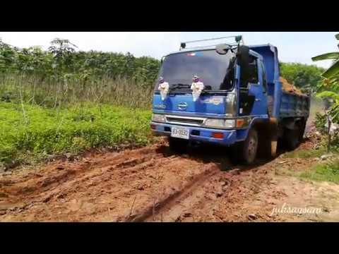 รถดั้มหกล้อวิ่งเข้าออกบ่อดิน ทั้งเละ ทั้งลื่น คลิปสั้นแต่มันมาก Dump Trucks