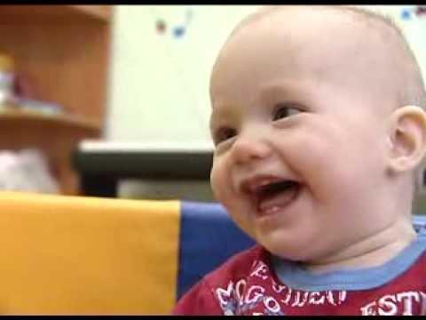 Малыш заразительно смеется