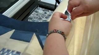 rosa installe une courtepointe sur notre machine longarm