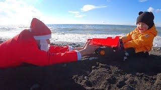 Весёлый Лёва, Играя в Большой Песочнице на пляже, откапывает и спасает Деда Мороза.