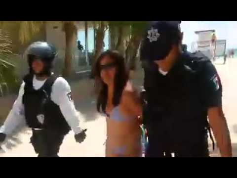 Detienen a mujer sólo por pararse bajo una palmera 'privada' en Playa del Carmen