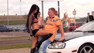 Сексуальные девочки моют машину [Соблазн]