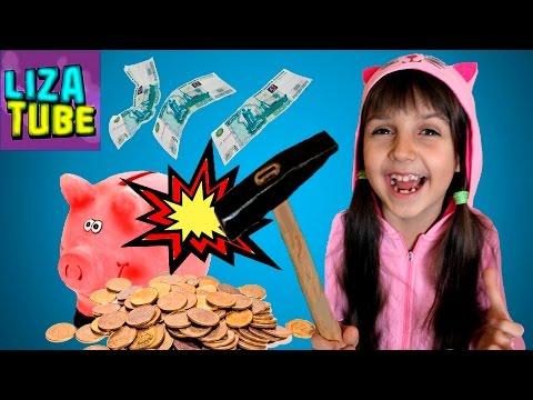 Видео: Разбиваем СВИНЬЮ КОПИЛКУ покупаем МНОГО КОНФЕТ киндер сюрпризы и киндер шоколад Лиза и папа lizatube