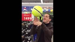 Как надо крутить мяч на пальце:)