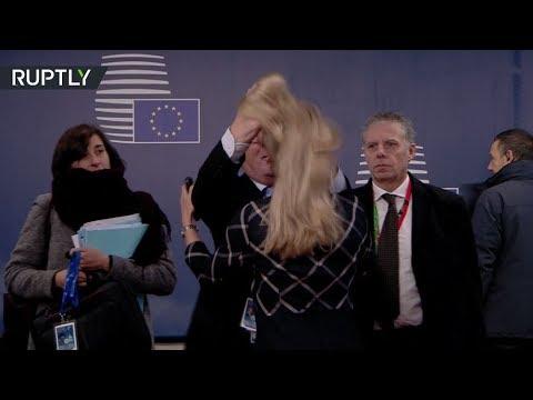 يونكر يداعب شعر مسؤولة بمقر الاتحاد الأوروبي في مواصلة تصرفاته الغريبة.. هل كان ثمل؟  - نشر قبل 3 ساعة