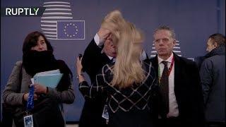 يونكر يداعب بطريقة غريبة شعر مسؤولة بمقر الاتحاد الأوروبي