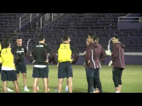 Charla de Guillermo Barros Schelotto con los jugadores de Lanus en Montevideo