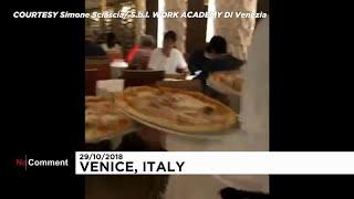 شاهد: الفيضانات لن تمنع الإيطاليين من الاستمتاع بالبيتزا الشهية …