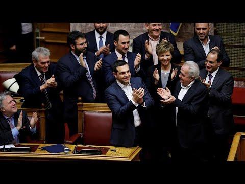 رئيس الوزراء اليوناني يفوز باقتراع على الثقة في حكومته  - نشر قبل 3 ساعة