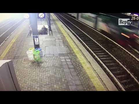 Treno deragliato, polvere e detriti sui viaggiatori alla stazione di Pioltello
