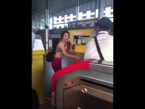 Download Video wanita hanya berpakaian baju dalam mengamuk di sebuah Stesen KTM