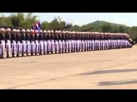 ภาพการแสดงของทหารหน่วยหนึ่งตั้งแถวแปรขบวนเล่นเป็นเวฟไล่ระดับกันอย่างสวยงาม