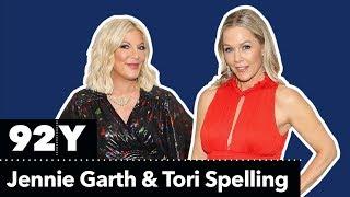 bh90210-jennie-garth-and-tori-spelling-in-conversation