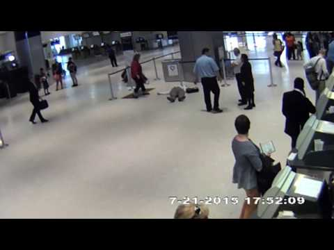 United Airlines worker PUSHES elderly man to ground