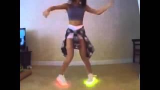 femme qui danse avec basket led