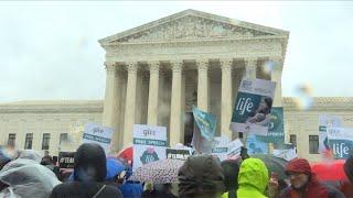 Manifestations pro et anti-avortement devant la Cour suprême