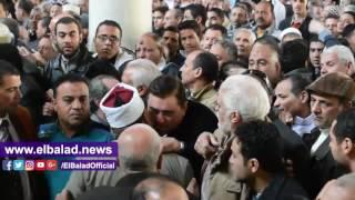فيديو وصور معتز الدمرداش يدخل في نوبة بكاء في جنازة والدته كريمة مختار
