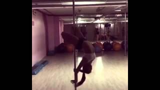 Тренировка, стриптиз шест, сексуальная девушка