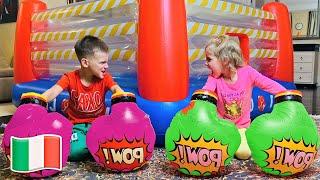 Cinque Bambini giocano nel negozio di giocattoli e vendono giocattoli