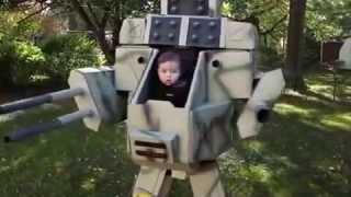 Отец сделал своему сыну костюм робота