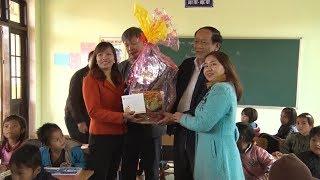Mang Tết đến sớm cho bà con ở làng tái định cư Khe Chữ