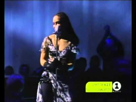 Download Alicia Keys - Fallin' & a Woman's worth (Live @ VH1 Vogue Fashion Awards 2001)