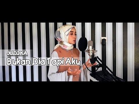 MERINDINGGG..... ROCKER Hijab!!!!! JUDIKA - Bukan Dia Tapi Aku (Cover By Helmi)