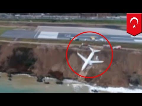 Kesalahan landing pesawat tergelincir dari landasan pacu ke laut di Turki - TomoNews