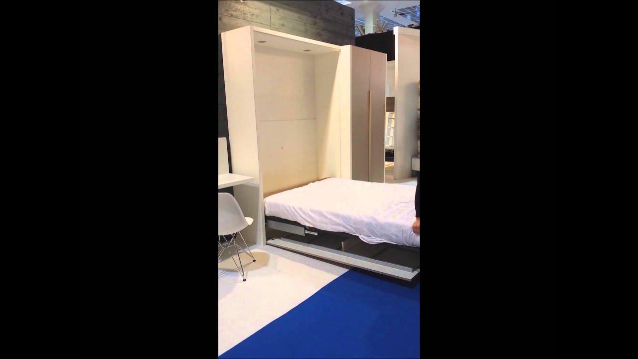 Slaapkenner Theo Bot Demonstreert Een Verticaal Opklapbed Van Boone