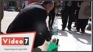 بالفيديو.. رئيس جامعة القاهرة يشارك الطلاب طلاء رصيف القبة