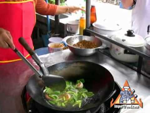 "Thai Street Vendor Thai Wide Noodles in Thick Sauce ""Radna"""