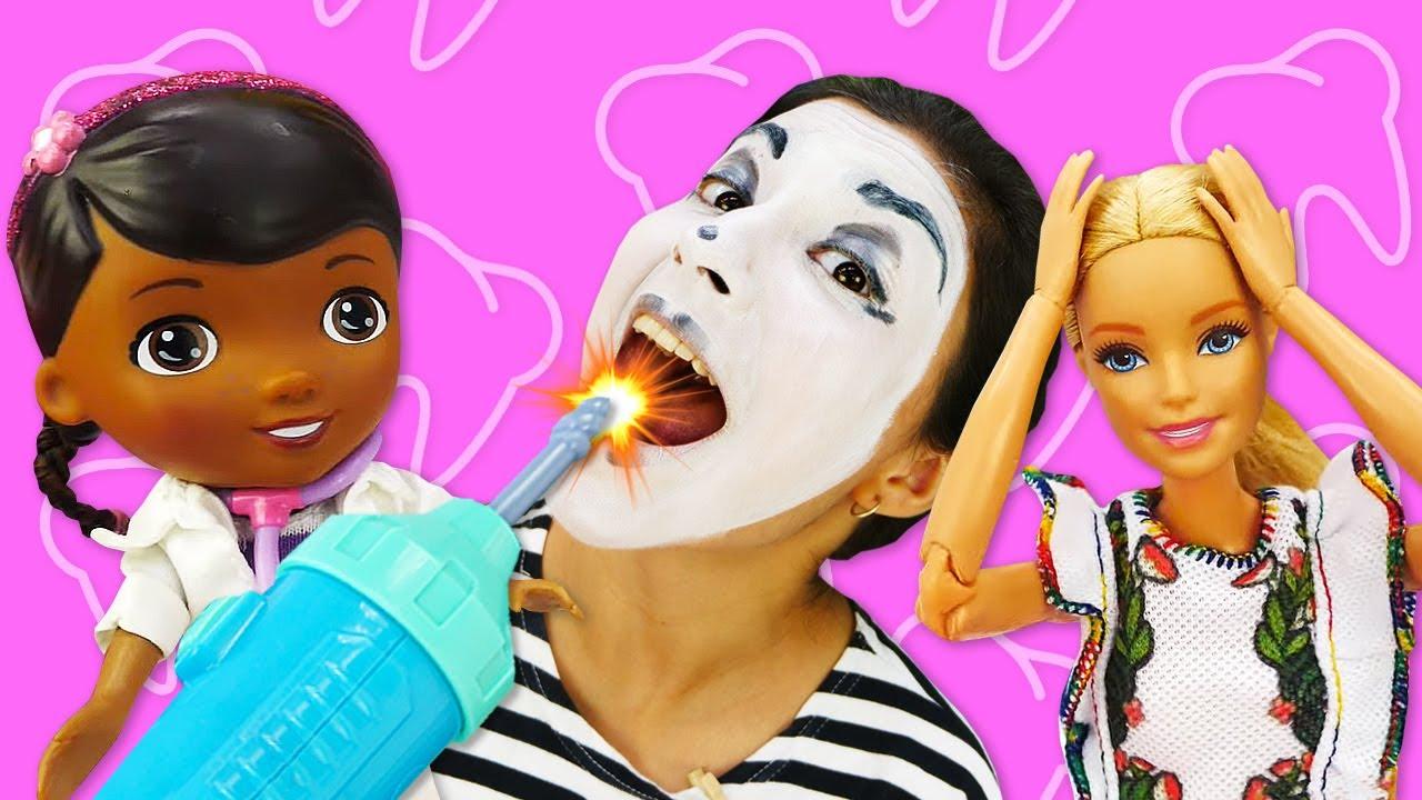 Payasa va a una cita con el dentista. Vídeo de risa para niños con payasos y juguetes
