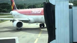AIRBUS A320 DE AVIANCA LLEGANDO A LA PLATAFORMA DEL AEROPUERTO INTERNACIONAL DE SANTA MARTA