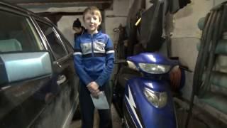 Андрей делает диагностику скутера .
