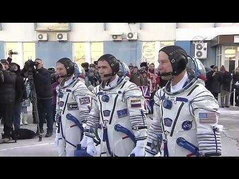 [ISS] Soyuz TMA-19M Crew Board Rocket ahead of Launch