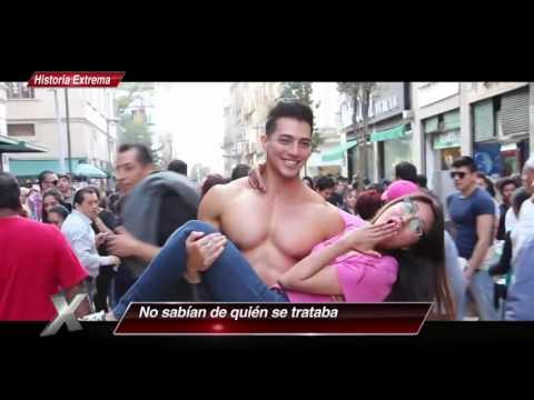 Musculoso hombre se desviste en el Centro Histórico de la CDMX | Al Extremo