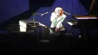 Tori Amos Houston 10-31-01 =14-Me And A Gun