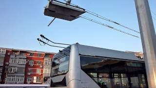 пекинский троллейбус поднимает рога!