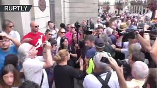 Tensión durante una manifestación contra el referéndum en Barcelona