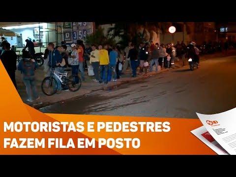 Motoristas e pedestres fazem fila em posto - TV SOROCABA/SBT