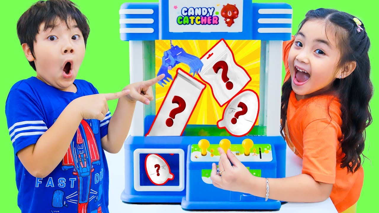Annie and Sammy Claw machine with toys kids story