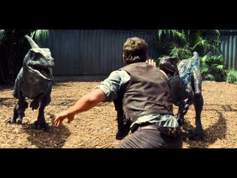 "JURASSIC WORLD - Scena del film in italiano ""Owen salva un lavorante"""