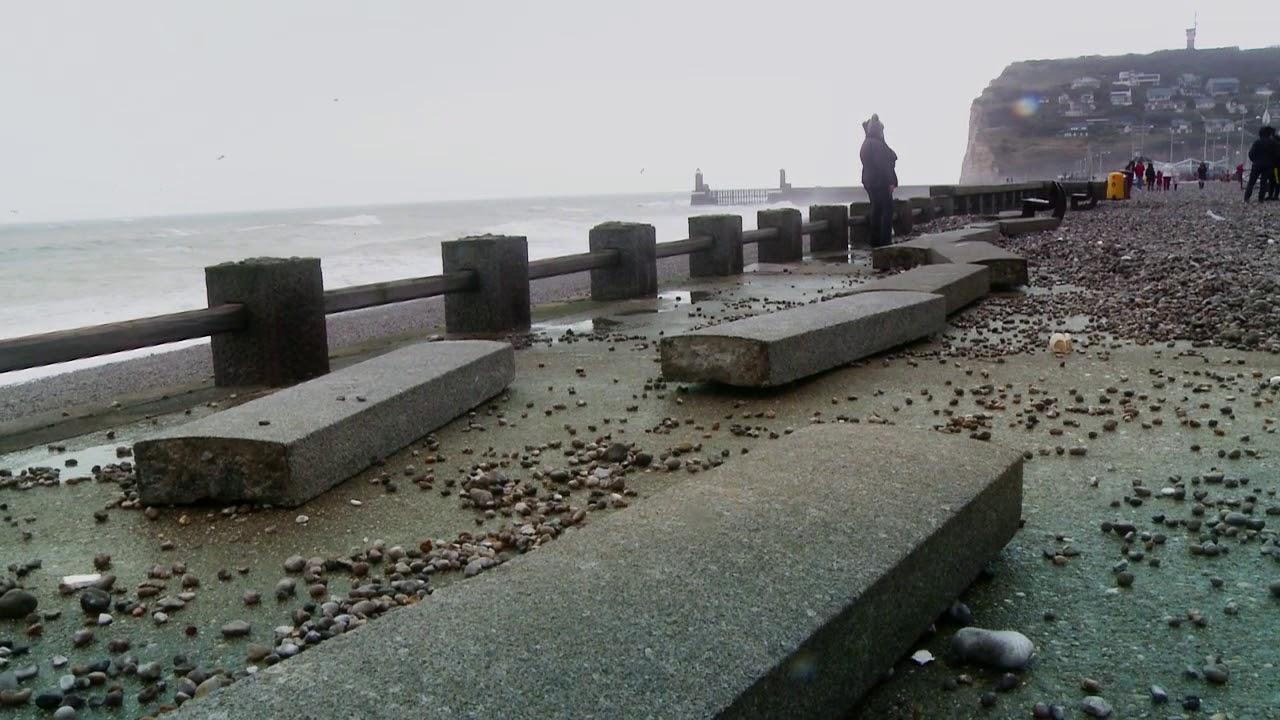 Les d g ts de la temp te l anore sur la plage de f camp for Piscine de fecamp