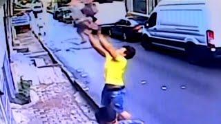 Kleinkind fällt aus Fenster: Jugendlicher verhindert Tragödie